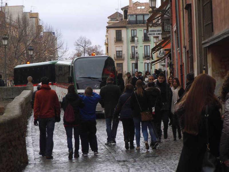 El tren turístico pasa por la Carrera del Darro en fines de semana, mientras las líneas de autobuses públicos del barrio no pueden pasar.