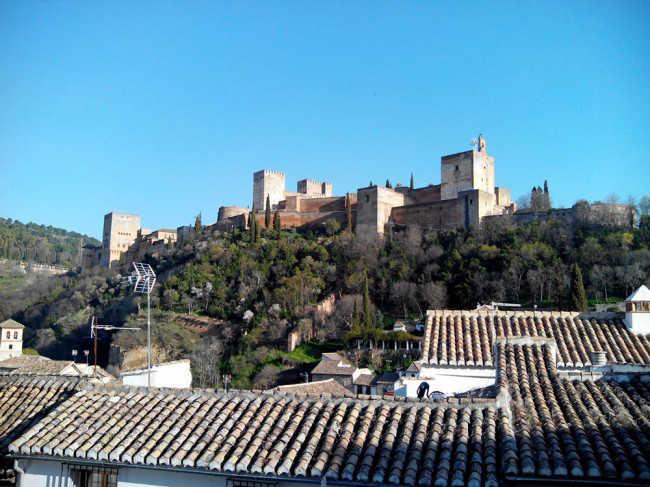 Vista de la Alhambra desde Carvajales. La poda ha hecho visible parte de la Alcazaba que estaba oculta.