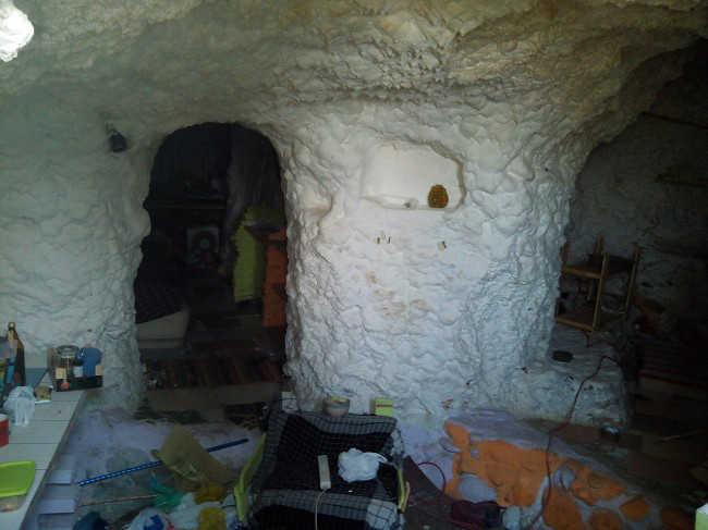 Interior de una de las cuevas selladas ayer tras el desalojo. Foto: GranadaiMedia 2014