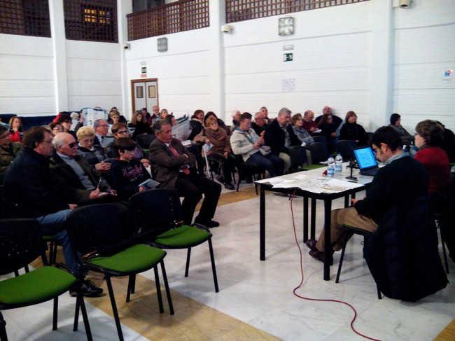La concejal Telesfora Ruiz acudió al centro cívico del Albaicín para explicar el nuevo plan de movilidad. GiM2014