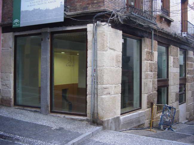 Oficina de Rehabilitación de la Junta de Andalucía en el cruce de las dos Caldererías, durante las obras en el edificio el año 2008.