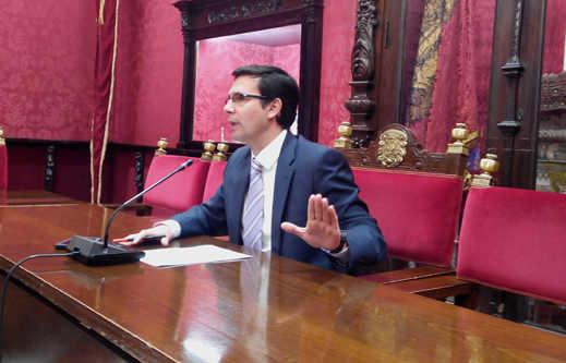 Francisco Cuenca, concejal del PSOE en el Ayuntamiento de Granada, durante la rueda de prensa. RG2014