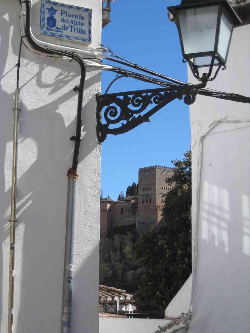 Vistas a la Alhambra desde la Placeta del Aljibe de Trillo, con su correspondiente cableado. 2014