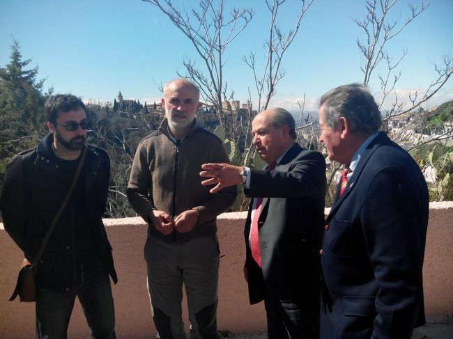 El alcalde y el concejal de Participación Ciudadana conversan con los representantes de los vecinos del Sacromonte.