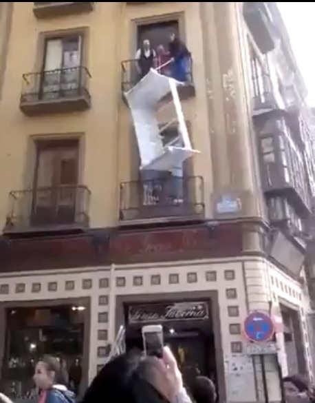 Intentan subir el mueble desde el balcón del segundo piso en Cuesta de Gomérez. Imagen del vídeo subido a Facebook 2014