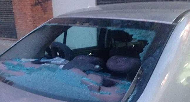 Impacto en el coche que pasaba en el momento de caer el mueble que intentaban subir desde el balcón del segundo piso en Cuesta de Gomérez. Imagen del vídeo subido a Facebook 2014