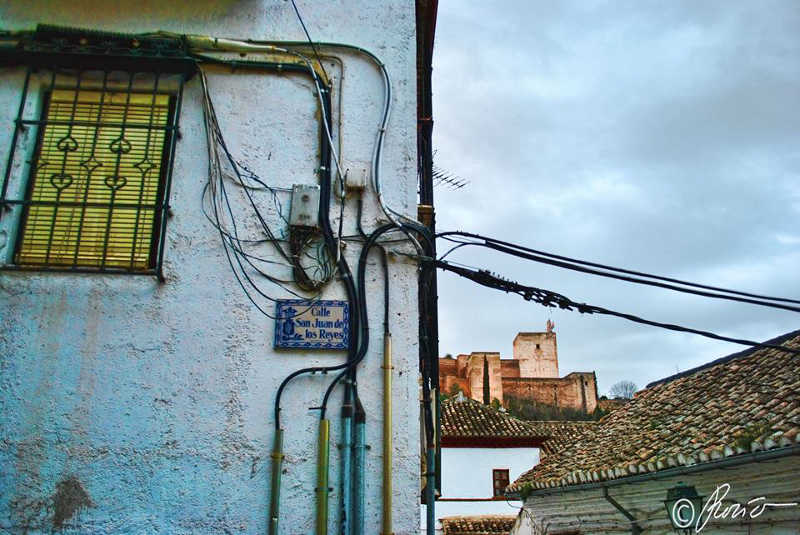 Cableado en la calle San Juan de los Reyes, esquina a calle de Zafra, frente a la placeta de las Escuelas, con la Alhambra al fondo. Foto Rocío Fernández