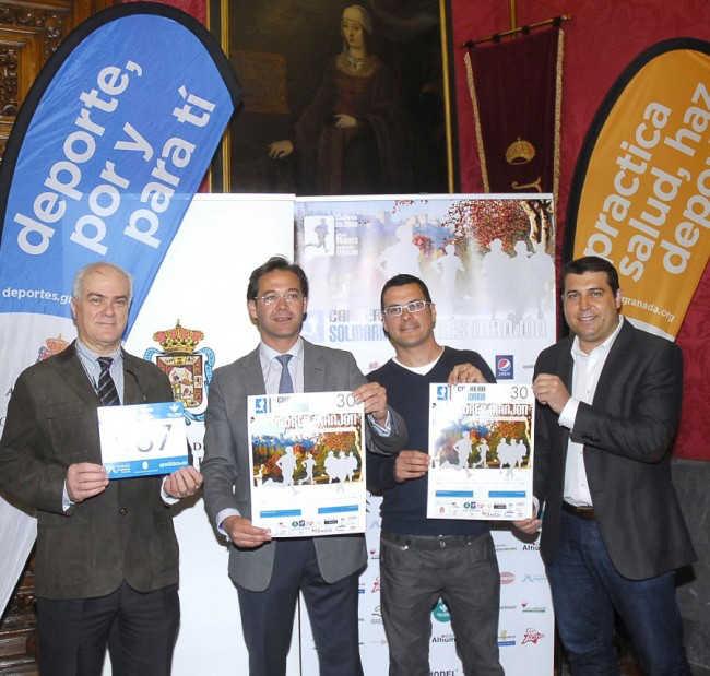 Los responsables de la Concejalía de Deportes y del Ave María posan con el cartel de la maratón.