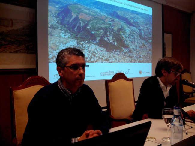 Rafael de la Cruz Márquez, a la izda., junto a Juan Antonio Sánchez, de la Asociación del Bajo Albaicín.