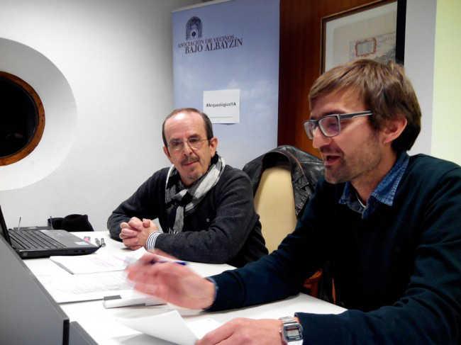 El director del Museo Arqueológico, Isidro Toro, a la izquierda, atento a la presentación de Juan Antonio Sánchez. Foto Álvaro Calleja GiM