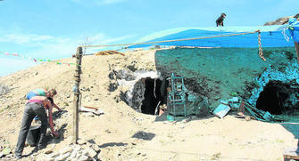 Algunos inquilinos trabajan en la aperrtura de las cuevas de nuevo.