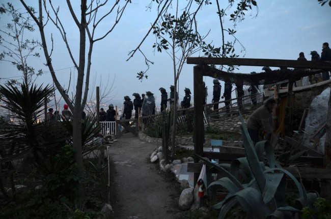 Momento en el que los agentes de la Policía Local de Granada llegan a las cuevas para desalojar a sus ocupantes. GiM 2014