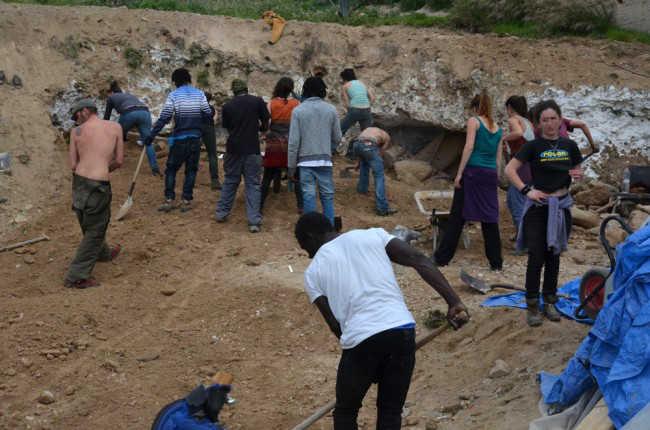 Labores de retirada de la arena a las pocas horas de que las excavadoras abandonaran el lugar. GiM 2014