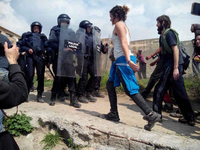 Momento en el que la Policía Local se repliega ante el acoso de un grupo de jóvenes indignados. GiM2014
