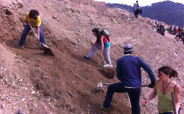 Vecinos de las cuevas escarban en la tierra donde estaban sus cuevas :: A. AGUILAR