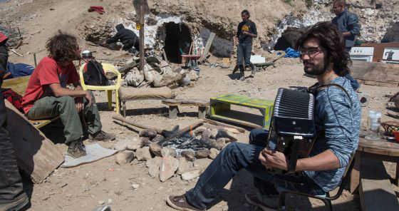 Un grupo de ocupantes de las cuevas del Sacromonte desalojadas por el Ayuntamiento. / M. ZARZA