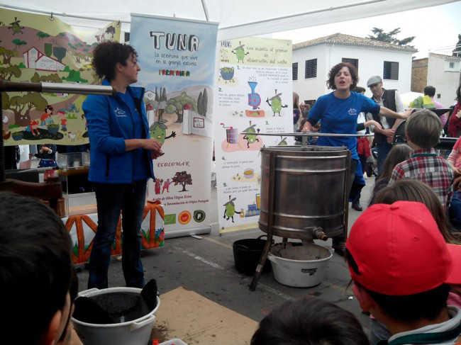 Los niños del colegio Gómez Moreno se interesaron por el proceso de elaboración del aceite. GiM2014
