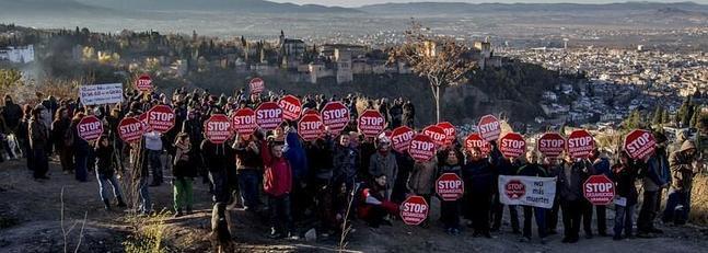 Protesta contra el desalojo de las cuevas en diciembre 2013. :: G. MOLERO