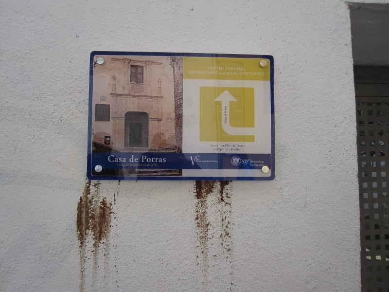 Nueva señal indicativa de la entrada a la Casa de Porras, colocada en la parte de la Cuesta de San Gregorio. 2014