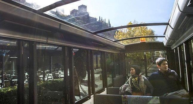 Turistas en el interior del tren turístico que une la ciudad con la Alhambra :: G. MOLERO ID2014