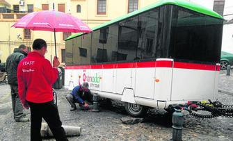 El conductor no pudo evitar el derrape como consecuencia del asfalto, más resbaladizo con la lluvia.
