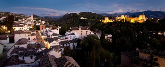 Vista del barrio del Albayzín de Granada, al fondo la Alhambra. / Pepe Marín EL 2014