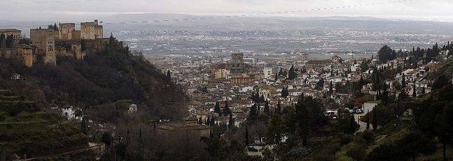 Vista de Granada entre las colinas de la Alhambra y el Albayzín. ID2014