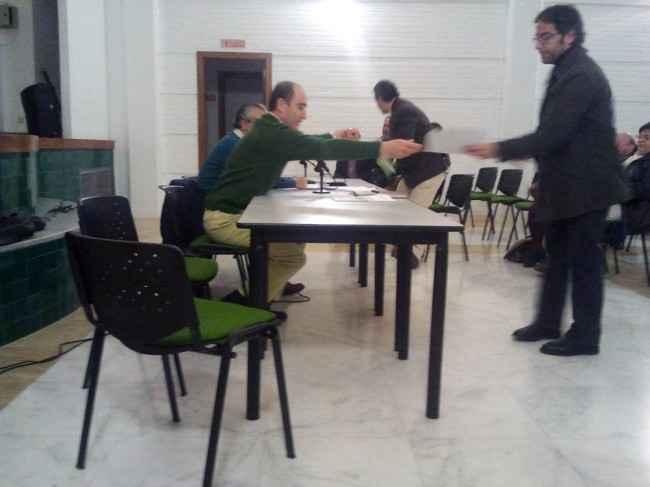 Juan García Montero entrega un documento al concejal socialista Miguel Ángel Fernández Madrid.