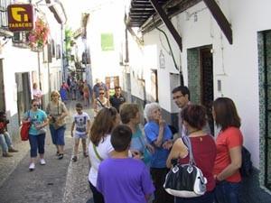 El concejal del PSOE Paco Cuenca hablando con vecinas en una de las visitas al Albayzín.