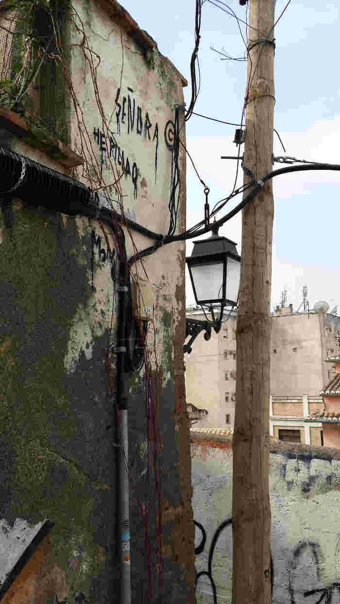 Cableado, poste y farola propios de un barrio Patrimonio Mundial. 2014