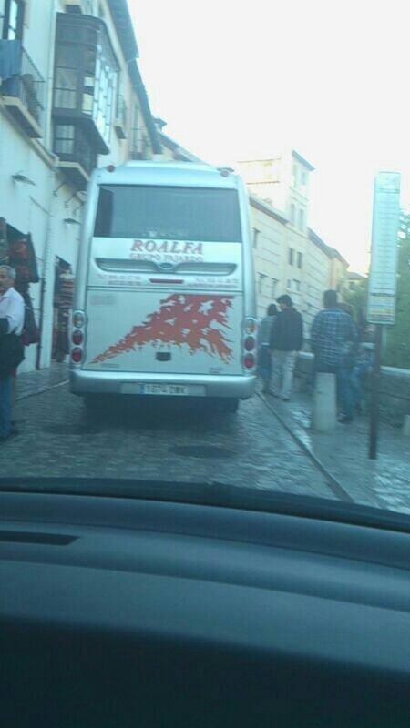 Autobús privado pasando por la Carrera del Darro el domingo 27 de abril de 2014
