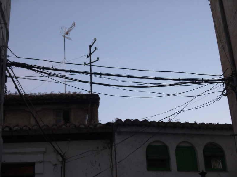 Cables entre las calles Quijada Muladar Tina denunciado por la Asociación en 2006