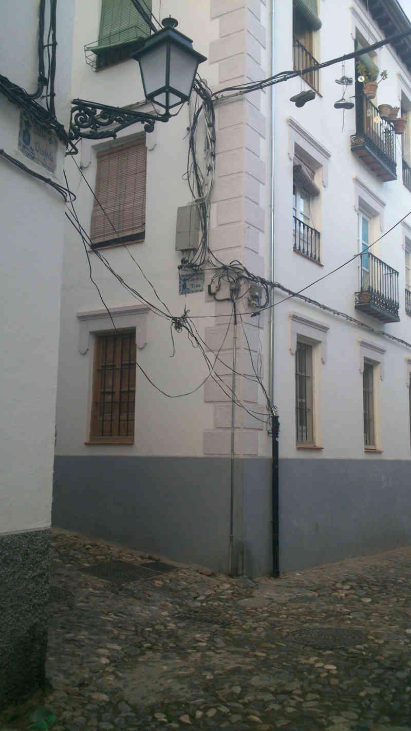 Cables entre las calles Quijada Muladar Tina denunciado por la Asociación en 2014