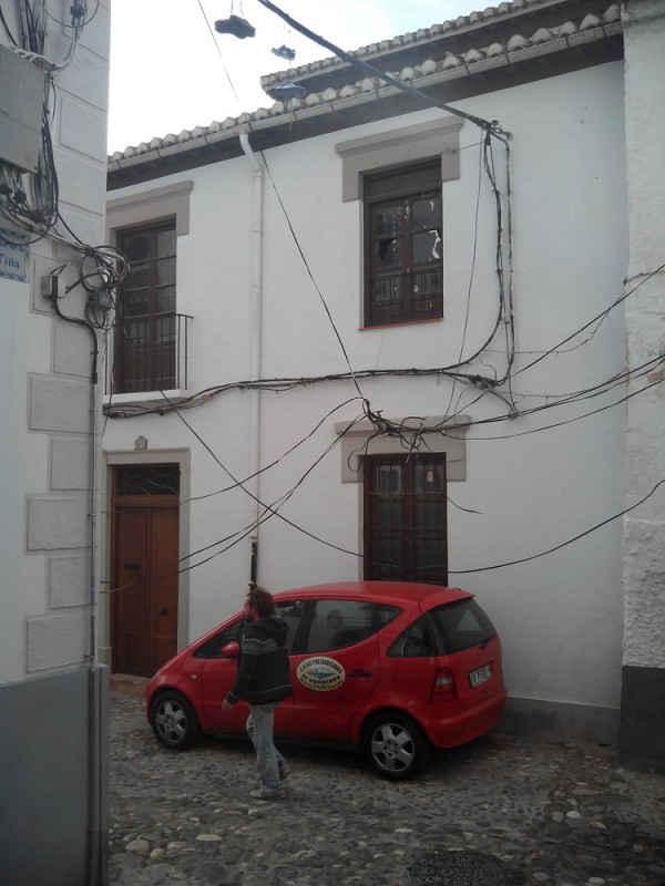 La madeja de cables está al alcance de cualquiera que transite por la calle Tiña.
