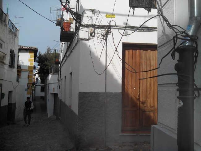 Los cables se han enredado a las canalizaciones del agua. GiM2014