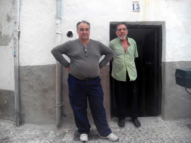 De izquierda a derecha, Emilio Luzón y Miguel Vélez, en la puerta del inmueble de la calle Álamo del Marqués.
