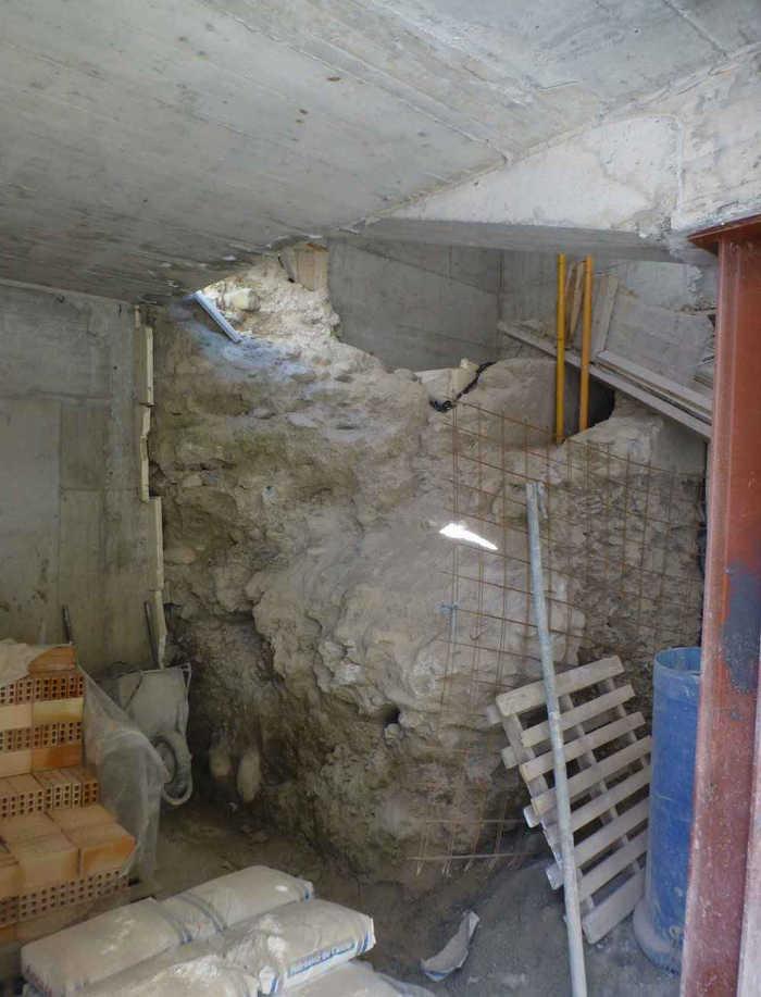 Parte de la muralla zirí que ha aparecido con la obra en la vivienda de la Plaza de Santa Inés.