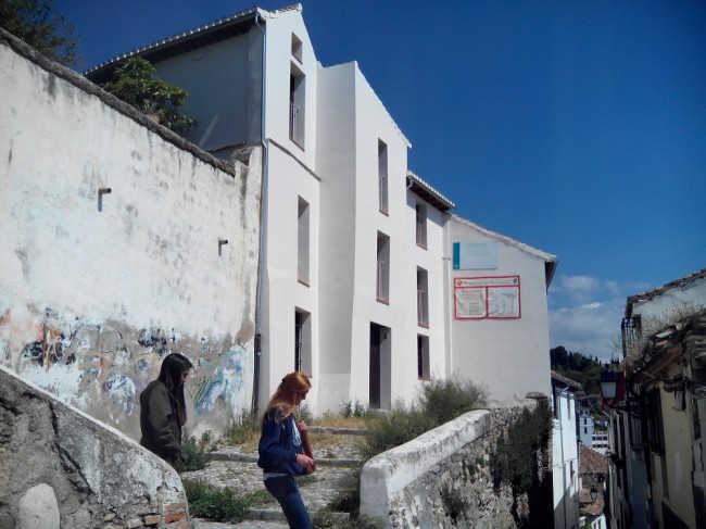Al fondo, el edificio número 6 de la Cuesta del Perro Alta, cuya restauración ha financiado la Junta.