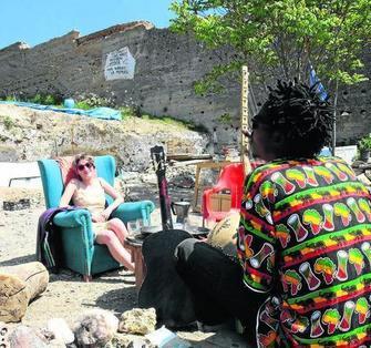 Dos de los residentes en el cerro, en la puerta de su cueva. GH 2014