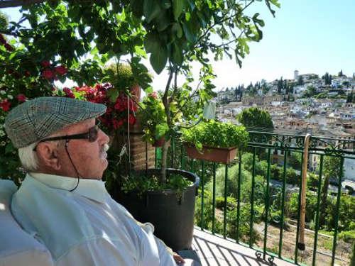 Juan contempla el barrio del Albayzín