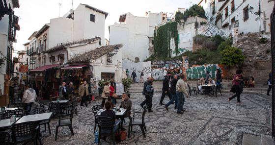 Una zona del Albaicín con espacios turísticos, comerciales y áreas deterioradas. / M. Zarza