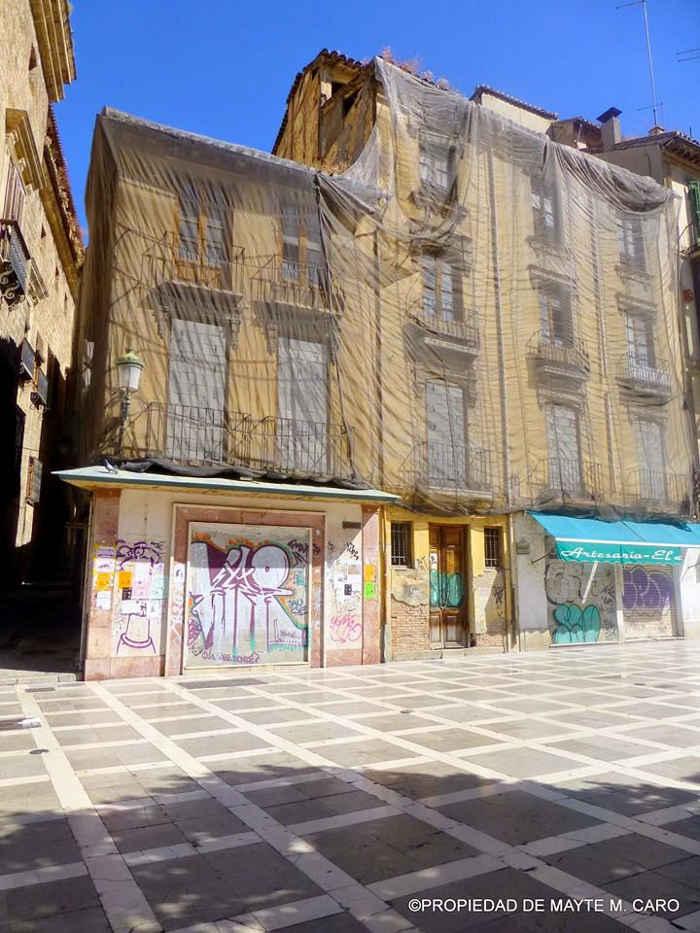 Edificio ruinoso en Plaza Nueva / Plaza Santa Ana esquina calle del Aire. Justo al lado de la Real Chancillería. 2014