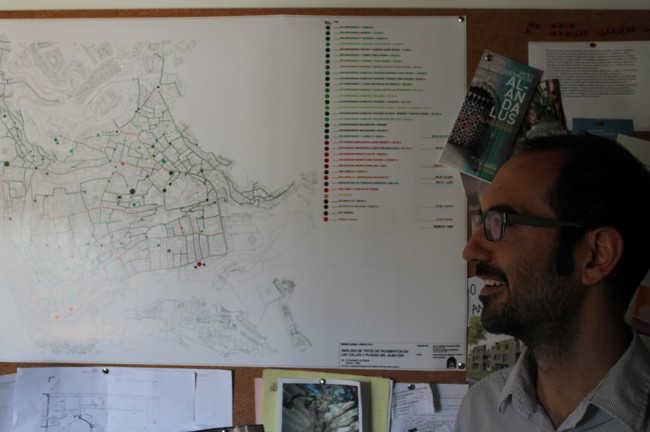 El autor del estudio observa el mapa con los distintos tipos de pavimento. GiM 2014