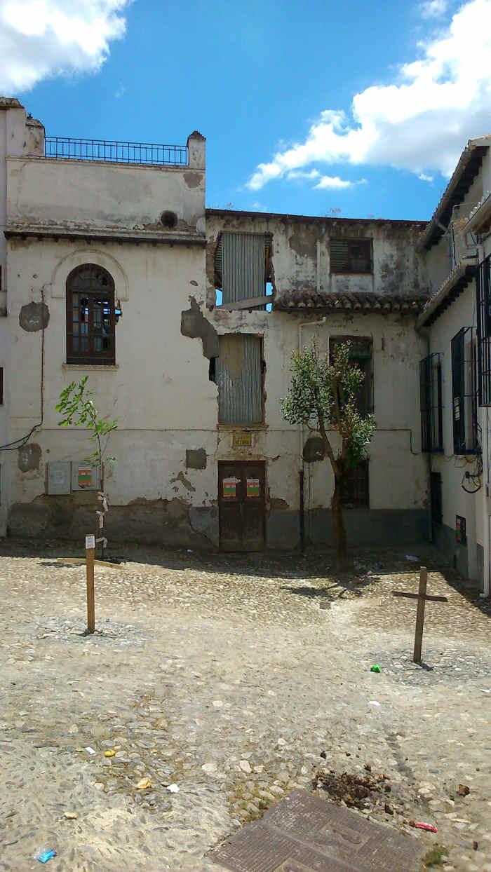 Cruces en los alcorques donde antes hubo árboles en la Placeta de Capellanes. 2014