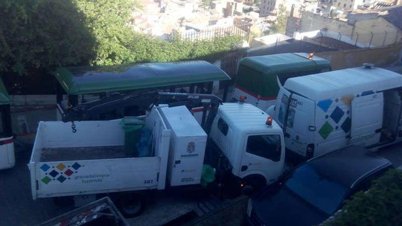 Atasco provocado  por el paso del tren turístico en Carril de la Lona cunado se limpiaban los contenedores existentes en la zona. 2014