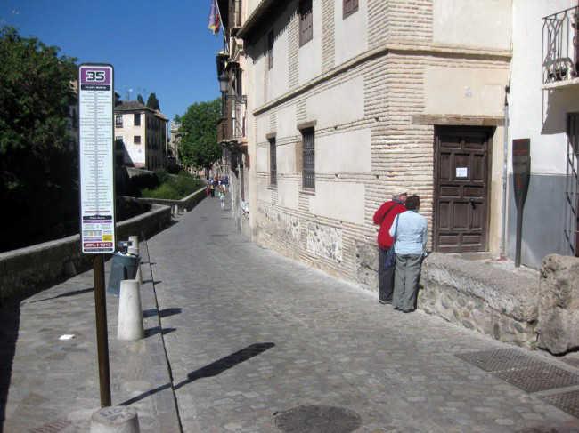 Una pareja lee el panel informativo del Bañuelo, en cuya puerta se puede ver un cartel de cerrado por obras. GiM 2014
