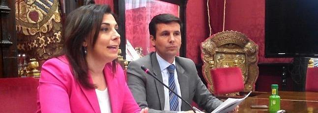 Concejales del PSOE Raquel Ruz y Paco Cuenca en la rueda de prensa. ID2014