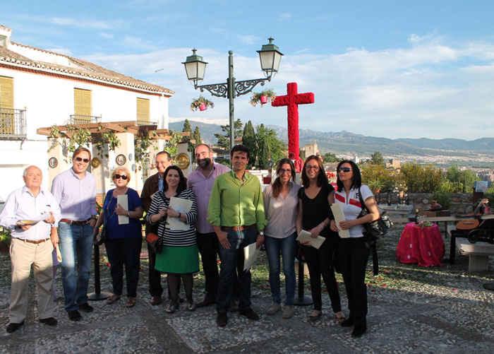 El jurado, entre los que se encuentran varios concejales, posan en la cruz de San Cristóbal. GiM2014