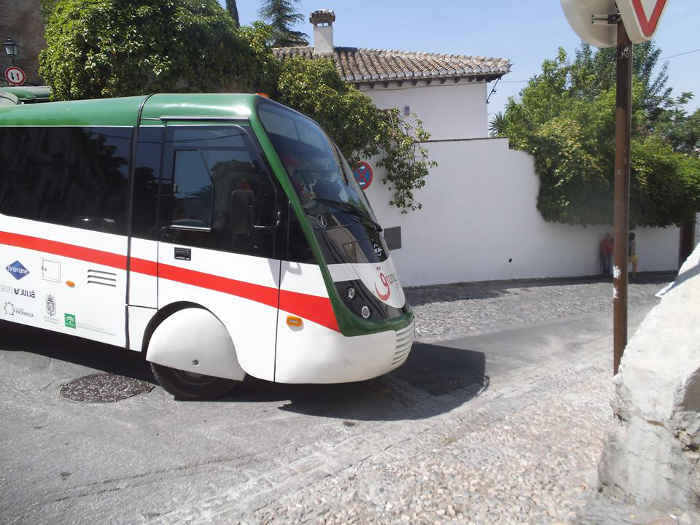 El tren turístico al salir del Carril de la Lona y entrar en Alhacaba 2014