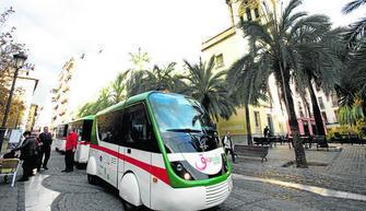 Imagen del tren turístico que sube hasta la Alhambra, una infraestructura que ha desatado la polémica entre varios grupos políticos municipales. GH 2014